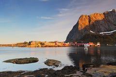 Wioska rybacka na wybrzeżu fjord na Lofoten wyspach wewnątrz Nor obraz stock
