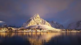 Wioska rybacka w zimie na słonecznym dniu Norwegia zbiory
