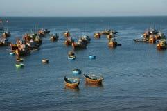 Wioska rybacka z drewnianą łodzią i coracle Zdjęcie Stock