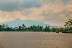 Wioska rzeką w Sarawak, Kuching, Malezja Zdjęcie Stock
