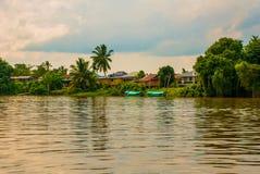 Wioska rzeką w Sarawak, Kuching, Malezja Zdjęcia Stock