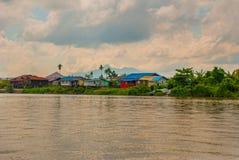 Wioska rzeką w Sarawak, Kuching, Malezja Obrazy Stock