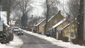 Wioska samochodów i domów jeżdżenie przez ulicy w zima czasie zbiory wideo