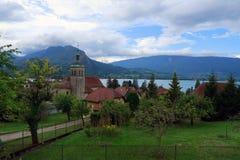 Wioska Talloires z kościół przy jeziorem Annecy zdjęcie stock