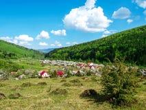 Wioska wąwóz, góry zakrywać z zielonym drewnem Fotografia Stock
