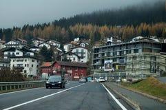 Wioska w dolinie i ruch drogowy droga z alps halnymi w Bolzano lub bozen przy Włochy Zdjęcie Stock