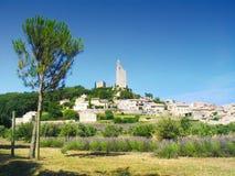 Wioska w Provence, Francja, z lawendą w przodzie Obrazy Stock