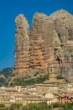 Wioska z kościelnymi bellfry i Aguero górami, Huesca, Hiszpania Zdjęcie Royalty Free