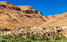 Wioska z tradycyjnymi kasbah domami w Ziz dolinie, Maroko Obraz Stock