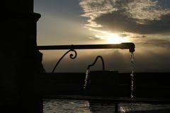 Wioski fontanna przy zmierzchem w Luberon, Południowo wschodni Francja Fotografia Royalty Free