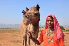 Wioski kobieta z jej niedawno kupującym wielbłądem Zdjęcia Stock