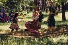 Wioski komuna, lipiec 15, 2018, młode dziewczyny ma zabawę, ludowe wakacyjne syrenki, dziewczyna w tradycyjnej sukni, Zdjęcia Royalty Free