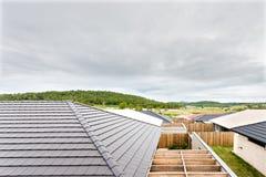Wioski krajobrazowa dolina nad domów dachami along odgórnym widokiem i Zdjęcie Royalty Free