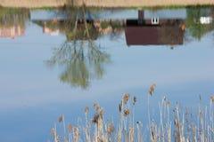 Wioski odbicie w jeziorze Zdjęcie Stock