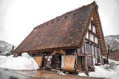 Wioski Shirakawago i Gokayama s? jeden Japonia UNESCO ?wiatowego dziedzictwa miejsca Rolny dom w wioski i g?ry behin zdjęcia stock