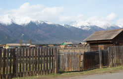 Wioski ulica przy stopą Sayan góry Zdjęcie Royalty Free