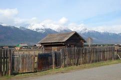 Wioski ulica przy stopą Sayan góry Zdjęcia Royalty Free