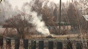 Wioski ulica w Rosja w op??nionym jesie? dymu od drymby zdjęcie wideo