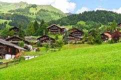 Wioski z halnym tłem w Szwajcaria zdjęcia royalty free