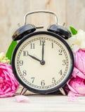 Wiosna budzik i kwiaty Zmienia czas fotografia royalty free