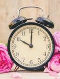 Wiosna budzik i kwiaty Zmienia czas obrazy royalty free