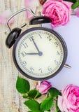 Wiosna budzik i kwiaty Zmienia czas fotografia stock