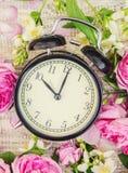Wiosna budzik i kwiaty Zmienia czas zdjęcia royalty free