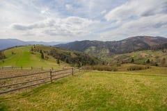 Wiosna czasu wioski krajobraz z drewnianym ogrodzeniem w przedpolu Obraz Stock