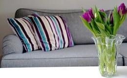 Wiosna inspirowany pokój dzienny z świeżymi tulipanami zdjęcie stock