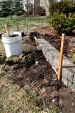 Wiosna jarda i ogródu praca - naprawianie kwiatów łóżka Zdjęcia Royalty Free