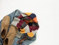 Wiosna, jesieni kobiety strój Set ubrania, buty i akcesoria na białym tle, Błękitni drelichowi kurtka, lampasa szalik i śmietanka obraz stock