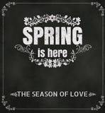 Wiosna jest Tutaj typografii tłem na Chalkboard wektoru formacie ilustracja wektor