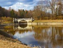 Wiosna krajobraz z mostem na słonecznym dniu Obraz Royalty Free