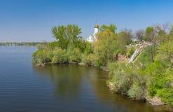 Wiosna krajobraz z Ortodoksalnym kościół na Monastyrsky wyspie na Dnipro rzece Zdjęcie Stock