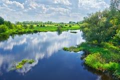 Wiosna krajobraz z rzeką i chmury na niebieskim niebie fotografia royalty free