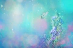 Wiosna kwiatu kwitnący dzwon i motyl na błękitnym tle w naturze outdoors, makro-, kopii przestrzeń Magiczny blask księżyca _ zdjęcia royalty free
