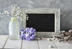 Wiosna kwiaty i blackboard na bielu stole, sprngtime backgr Obraz Stock