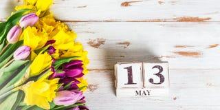 Wiosna kwiaty i Drewniani bloki z matka dnia datą, 13 Maj, Obrazy Royalty Free