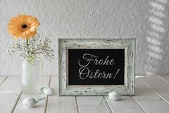 Wiosna kwiaty, Wielkanocne dekoracje i blackboard na białej zakładce, Zdjęcie Royalty Free