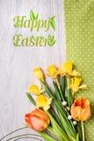 Wiosna kwitnie na napkinon drewnie, Szczęśliwy Wielkanocny podpis Zdjęcia Stock