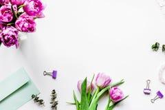 Wiosna kwitnie na workdesk tła odgórnego widoku białym mocy w domu Zdjęcia Royalty Free