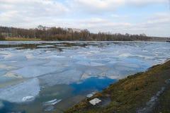 Wiosna lód na stawie w Marzec Fotografia Royalty Free