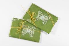 Wiosna, lato prezent w zielonym włókna Kraft papierze/, obraz royalty free