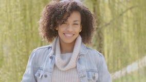 Wiosna lub pogodnej jesieni plenerowy portret piękna mieszana biegowa młoda kobieta zbiory