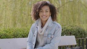 Wiosna lub pogodnej jesieni plenerowy portret piękna mieszana biegowa młoda kobieta zdjęcie wideo