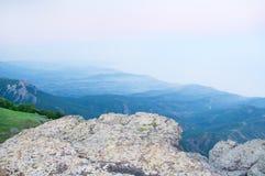 Wiosna mgłowego ranku wiejski krajobraz. zdjęcie stock