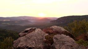 Wiosna mglisty brzask w atrakcyjnym natury skały imperium parku Saxony Szwajcaria zbiory