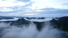 Wiosna mglisty ranek w lasu krajobrazie Majestatyczni szczyty ciąca oświetlenie mgły dolina Głęboko foluje kolorowa mgła i wzgórz zbiory