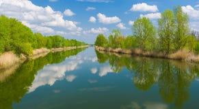 Wiosna panoramiczny krajobraz z małą rzeką Obrazy Stock