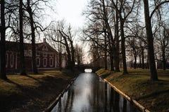 Wiosna park z kanałem i mostem w tle obrazy royalty free